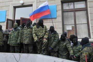 27569756_Unidentified_masked_individuals_hold_a_RUnidentified_masked_individuals_hold_a_Russian_flag-xlarge_trans++U2OcGw4mv9yCz78okQSYvqatyBNcOBk0HvXWzrj0hKY